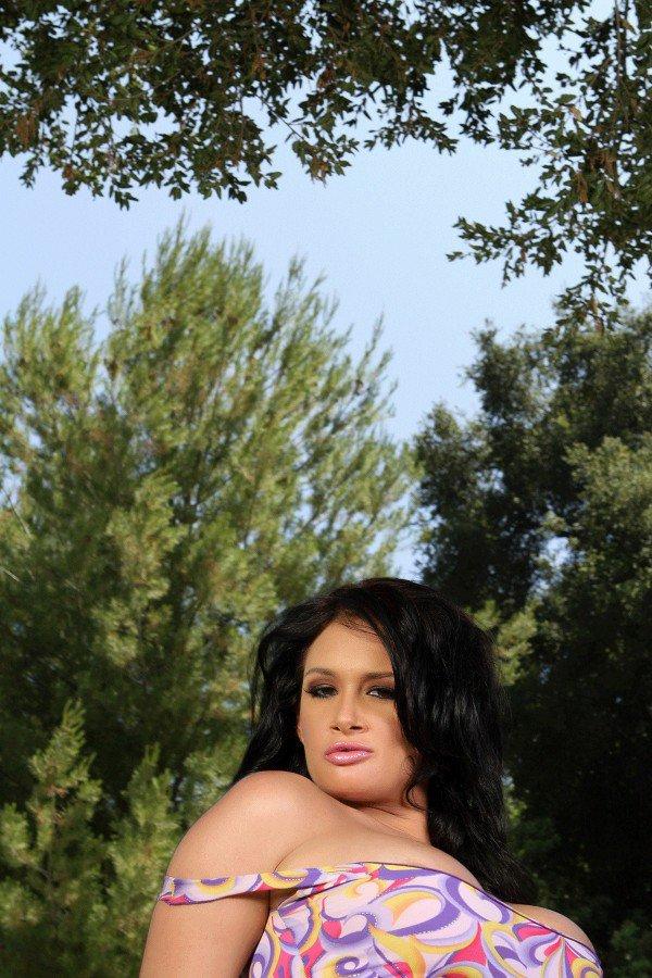 Кокетливая темненькая девушка Тори Лейн с привлекательными титьками снимает трусики на заднем дворе