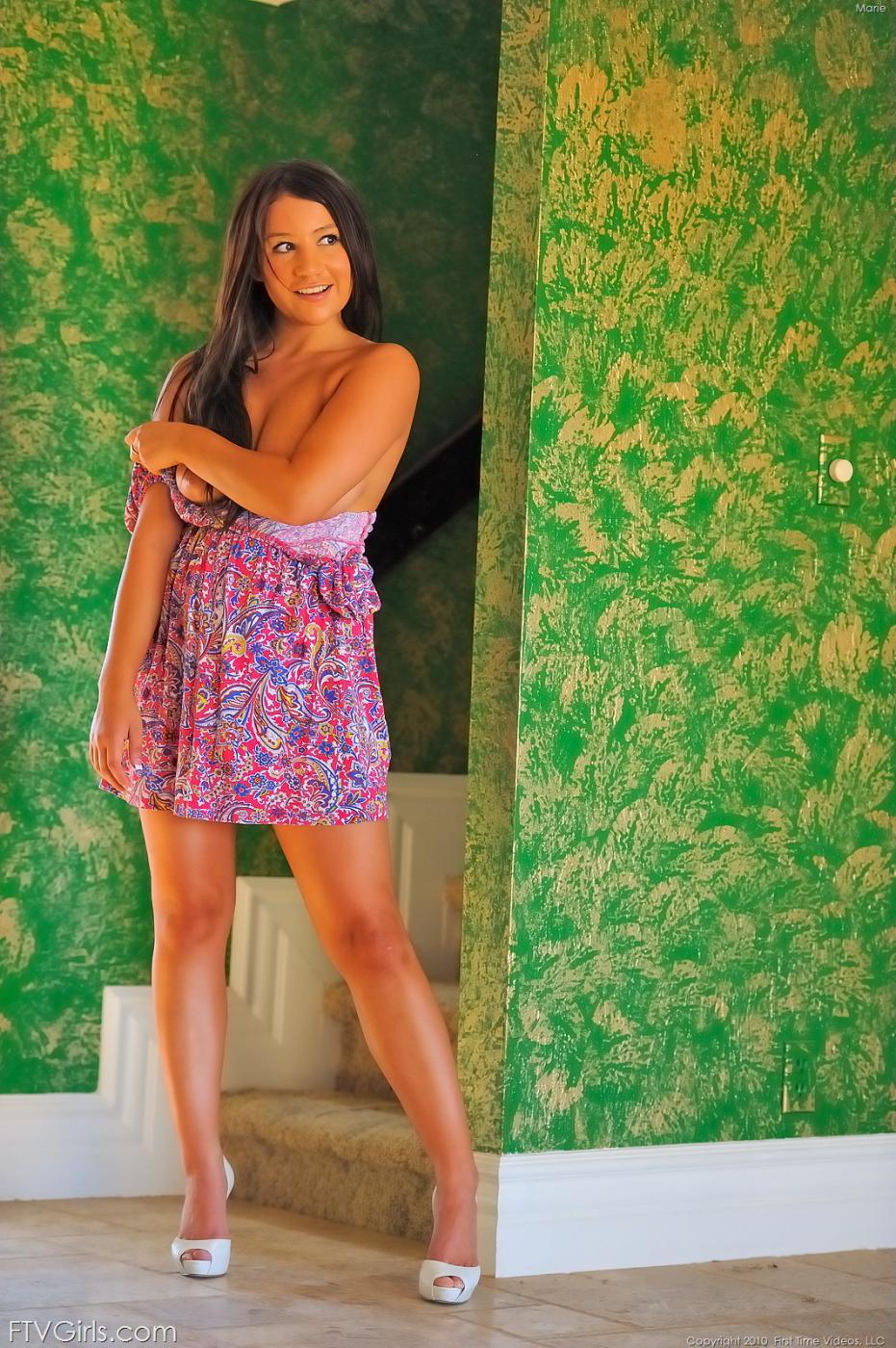 Сисястая брюнеточка Marie FTV стаскивает свое платье и красуется с обнаженной кожей