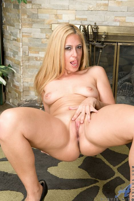 Женственная блондинка развлекается со своей роскошной вагиной и кайфует от этого на ххх фото HD