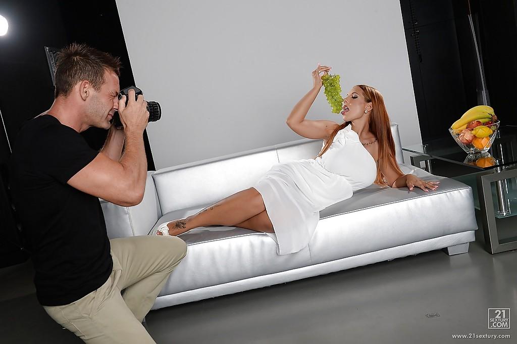 Фотограф стаскивает как грудастая тетка стаскивает белоснежное платье