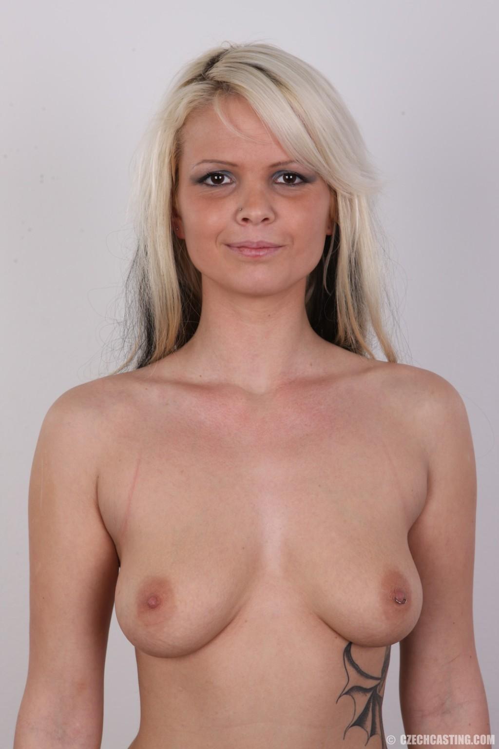 Блондинка пришла на порно кастинг и позирует обнаженная стоя