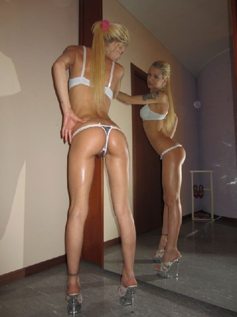 Привлекательная замужняя светлая порноактриса обнажает свое милое туловище