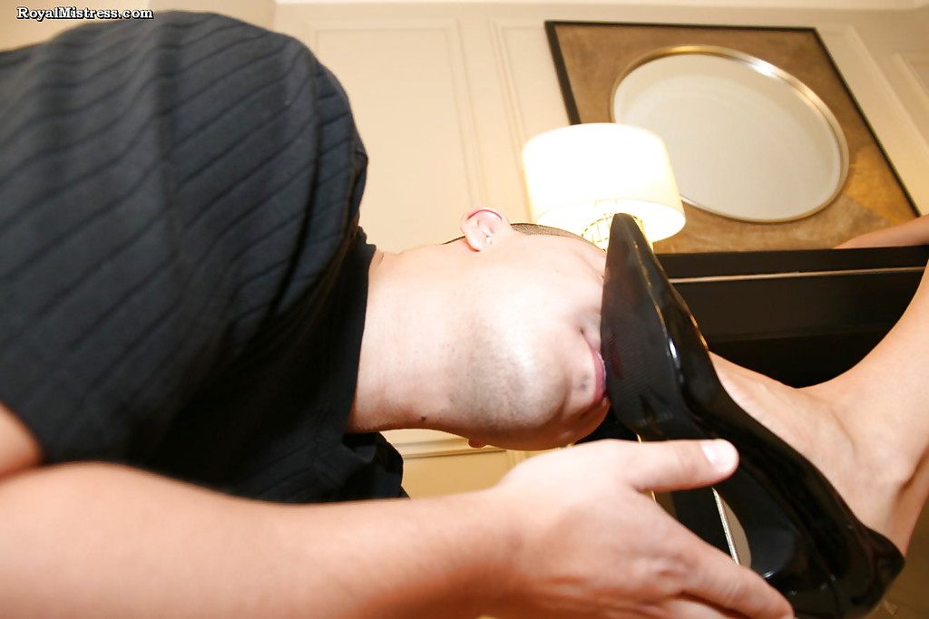 Фетишист облизывает ступни ножек стервозной шатенки