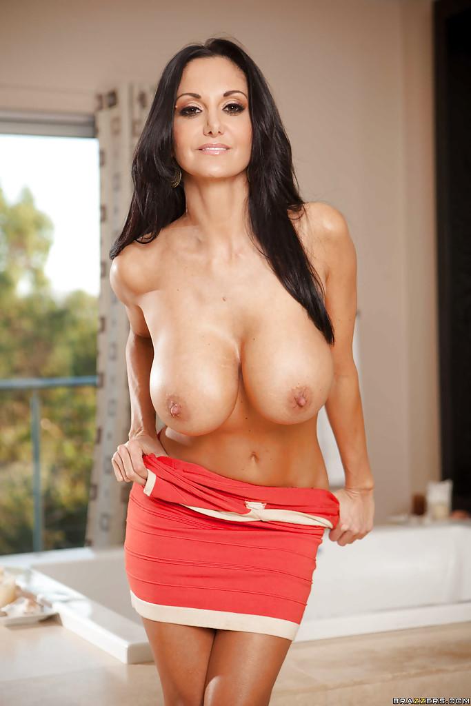 Титястая Ава Аддамс сняла красное платье в ванной и выставила напоказ задок