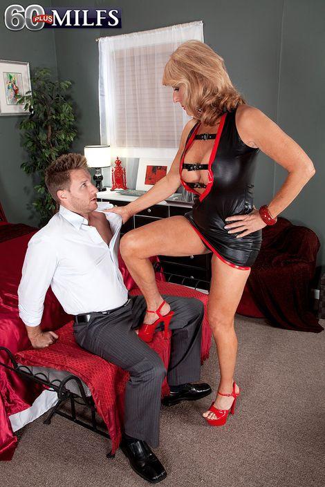 Зрелка Nan Phoenix Skye возбудила юного бойфренда своим коротким нарядом и оседлала его болт