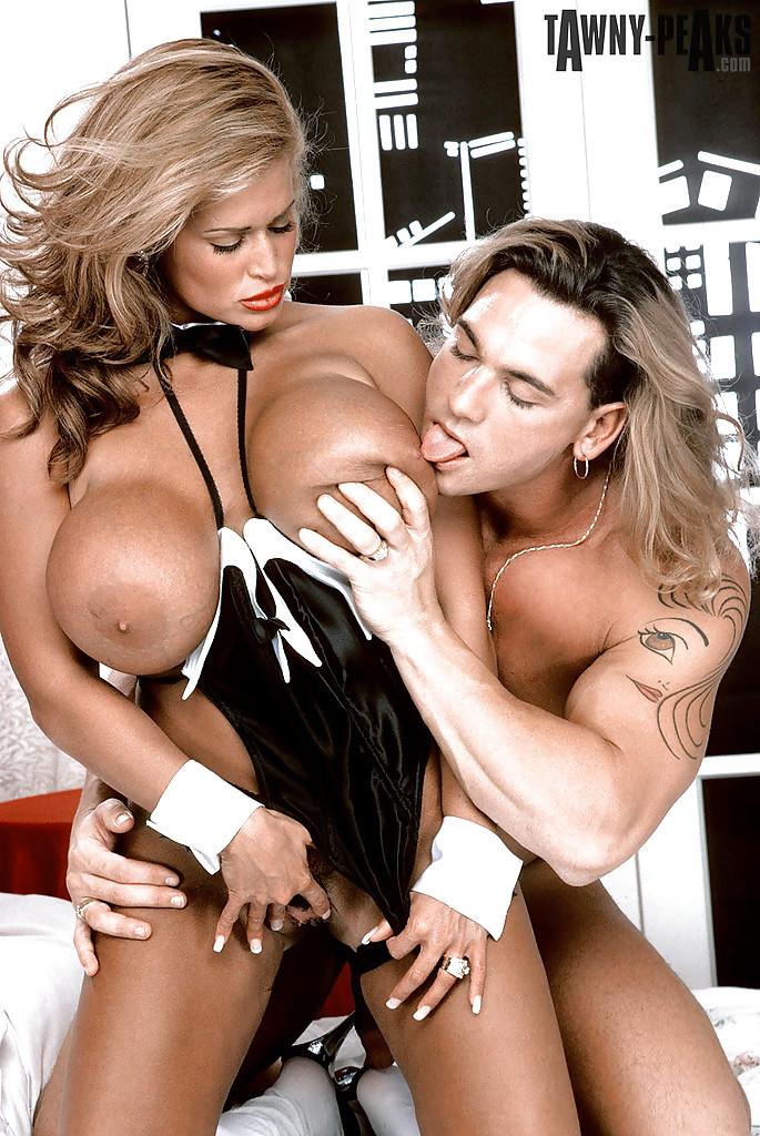Мама с огромной грудью заглатывает у юного качка