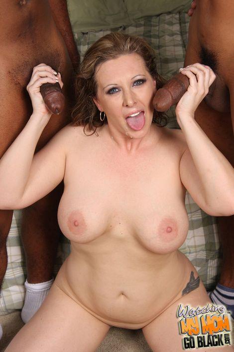 Возбужденная мамашка Keira Kensley с удовлетворением удовлетворяет орально и в различных позах 2-х чернокожих пареньков