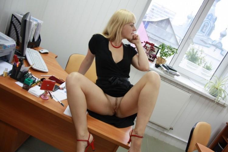 Помошница разводит ляжки перед рабочим столом