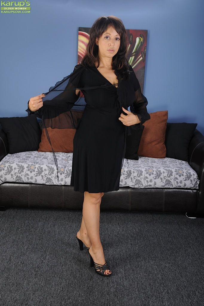 Грудастая Lala Bond пришла с работы и сбросила платье, стоя у картины