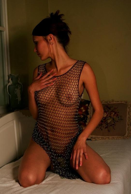Одинокая девушка с плотной жопой скинула ню платье рядом с окном