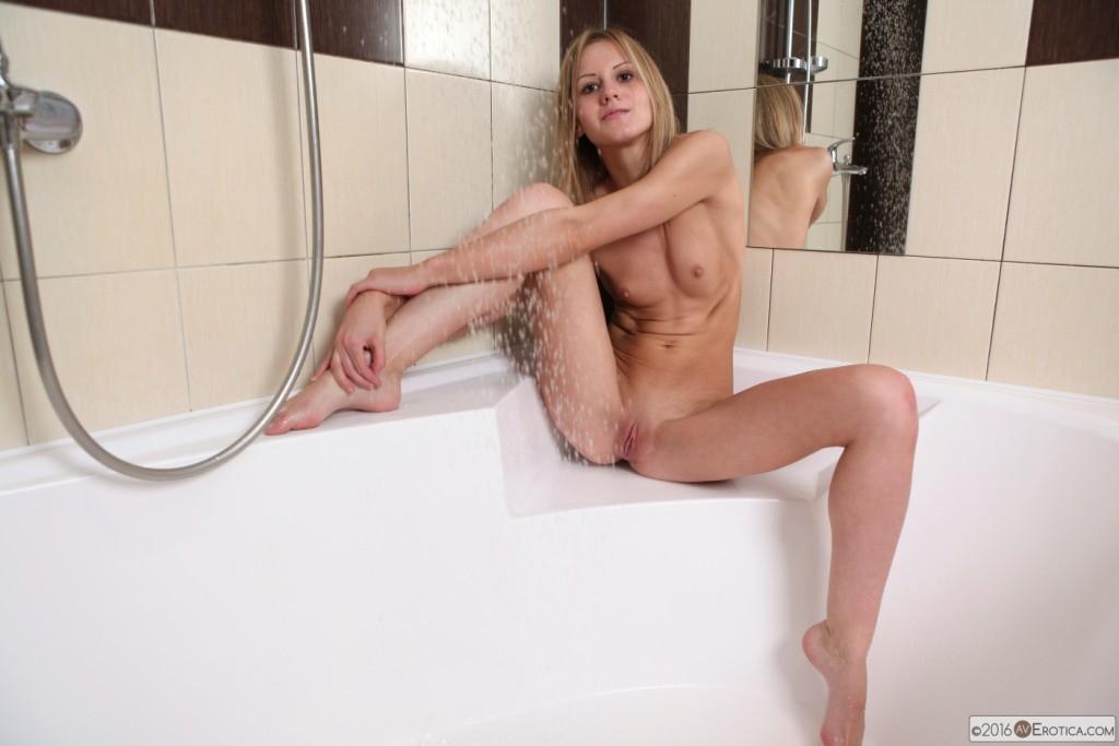 Плоская девушка в ванной