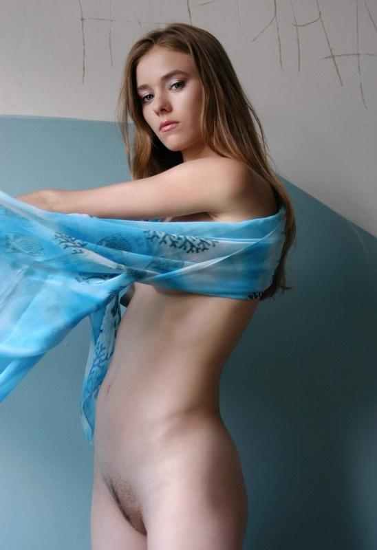 Русская мадам сбросила синее платье на лестничной клетке