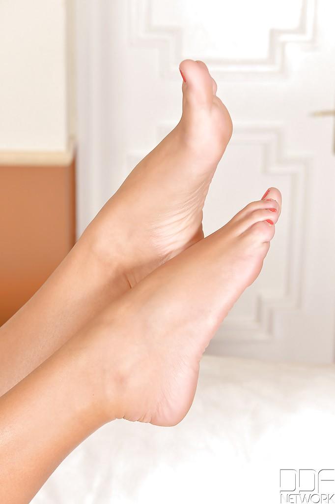 Стильная стройняшка обнажилась и выставила напоказ роскошные ножки