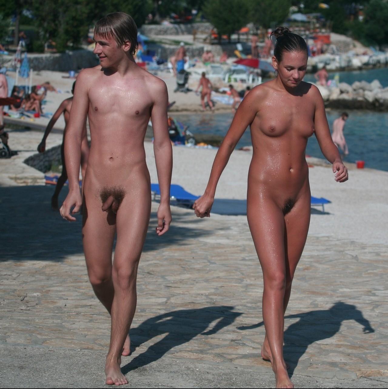 Обнаженные гуляют по пляжу