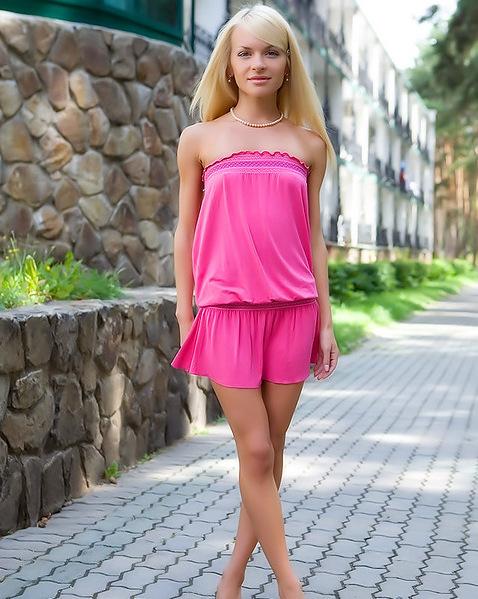 Сашенька обнажила, что у нее спрятано под тонкой юбкой