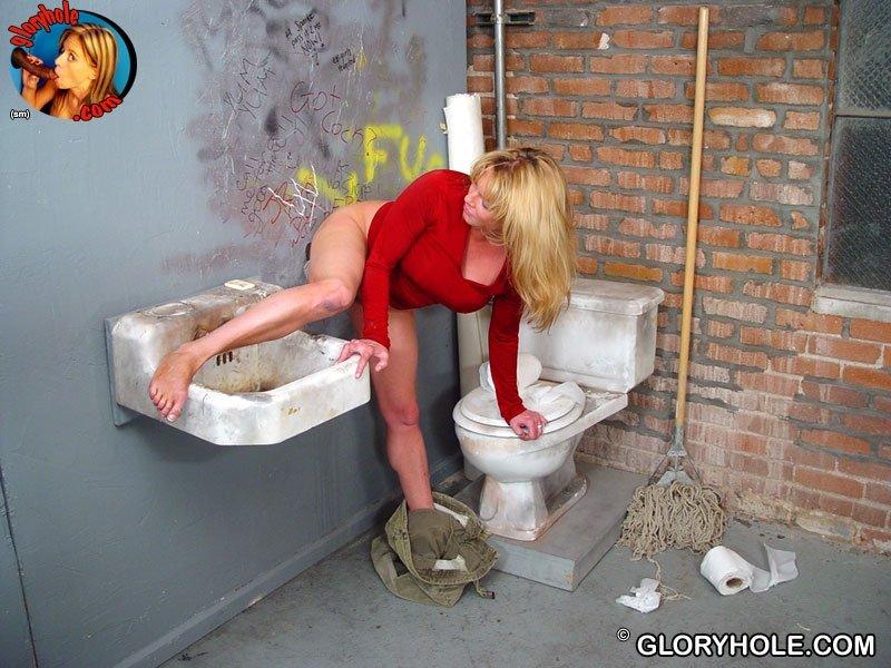 Сисястая Кисс Тегс зашла в туалет увидела, как из стены вылез негритянский писюн, она насадилась на него, а потом начала дрочить рукой