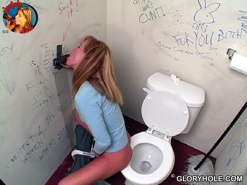 Опытная зашла в туалет пососать