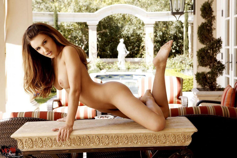 Сексуальная пышногрудая Andie Valentino стаскивает платье и возбуждает клитор
