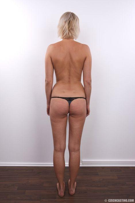 Похотливая блондинка на кастинге сняла трусы и выставила напоказ свои сахарные сисяндры и жопу