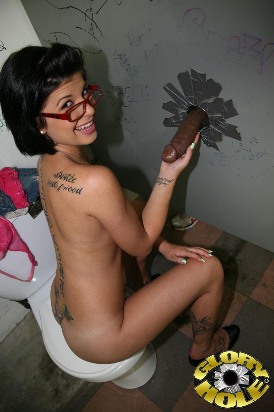 Грациозная мелкогрудая брюнетка в очках Jenna Moretti заполнила гигантским черным хером себя через стену