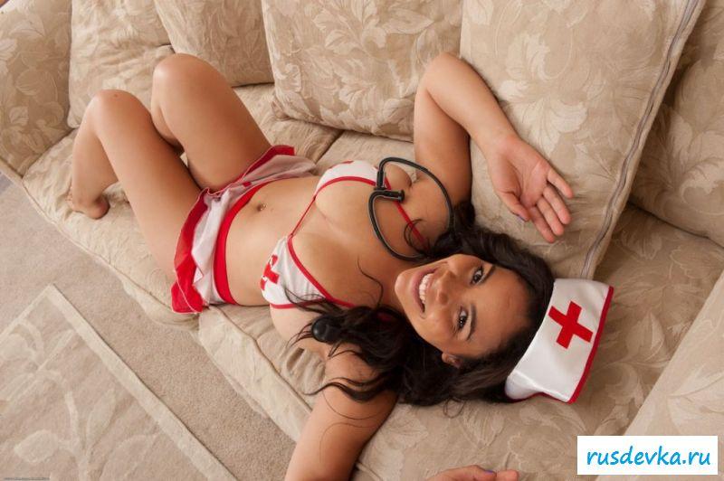 Толстенькая медсестра оголилась дома