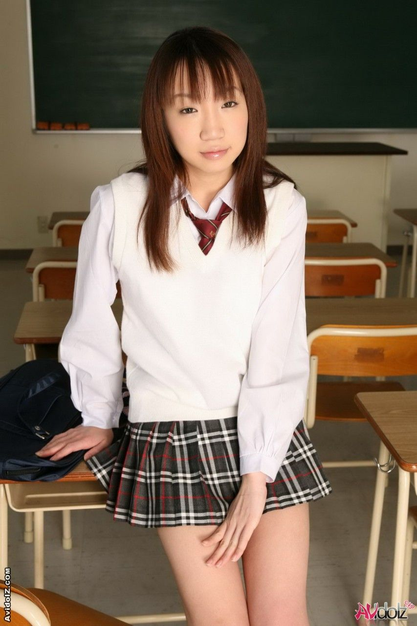 Ласковая узкоглазая молодая чика Ai Yumemi в возбужденной униформе, с задранной юбкой мельком обнажает дойки
